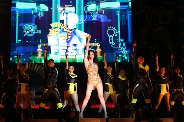 Thiều Bảo Trang khuấy động không khí đêm nhạc với những màn vũ đạo điêu luyện khi thể hiện hai bài hát mới nhất của cô. - Tin sao Viet - Tin tuc sao Viet - Scandal sao Viet - Tin tuc cua Sao - Tin cua Sao