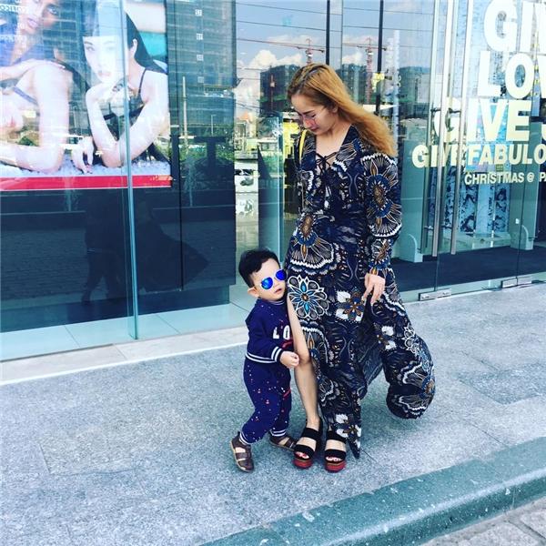 Không những thế, Kubi còn được mẹ Khánh Thi chăm chút về phong cách thời trang. Trông anh chàng không khác gì một fashionista nhísành điệu. - Tin sao Viet - Tin tuc sao Viet - Scandal sao Viet - Tin tuc cua Sao - Tin cua Sao