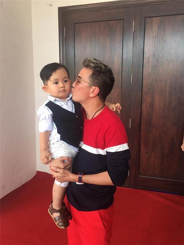 Phát cuồng với vẻ điển trai của cậu quý tử một tuổi nhà Khánh Thi - Tin sao Viet - Tin tuc sao Viet - Scandal sao Viet - Tin tuc cua Sao - Tin cua Sao