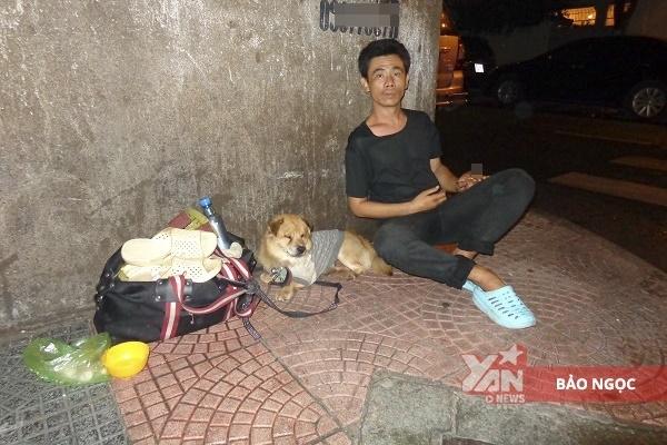 Chú chó mù vàanh đánh giày câmlà hình ảnh quen thuộc với người dân khu vực Cao Bá Quát- Thái Văn Lung.