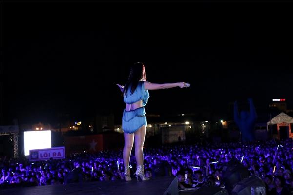 Cuối chương trình, Thu Minh còn đại diện các nghệ sĩ hát chúc mừng sinh nhật YAN Beatfest tròn 3 tuổi. Nữ ca sĩ vô cùng xúc động khi liên tục gắn bó với chương trình, và đây cũng chính là cơ hội để cô gần khán giả hơn nữa. - Tin sao Viet - Tin tuc sao Viet - Scandal sao Viet - Tin tuc cua Sao - Tin cua Sao