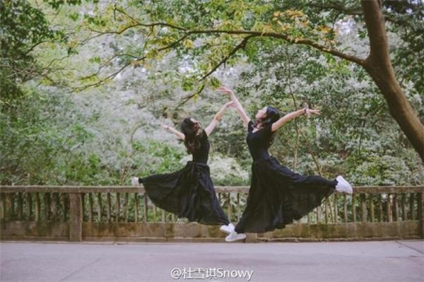 Bên cạnh việc tham gia một số chương trình biểu diễn, Du Xueqi và Zhao Bingjing dành phần lớn thời gian để học các lớp bổ túc, làm bài tập.