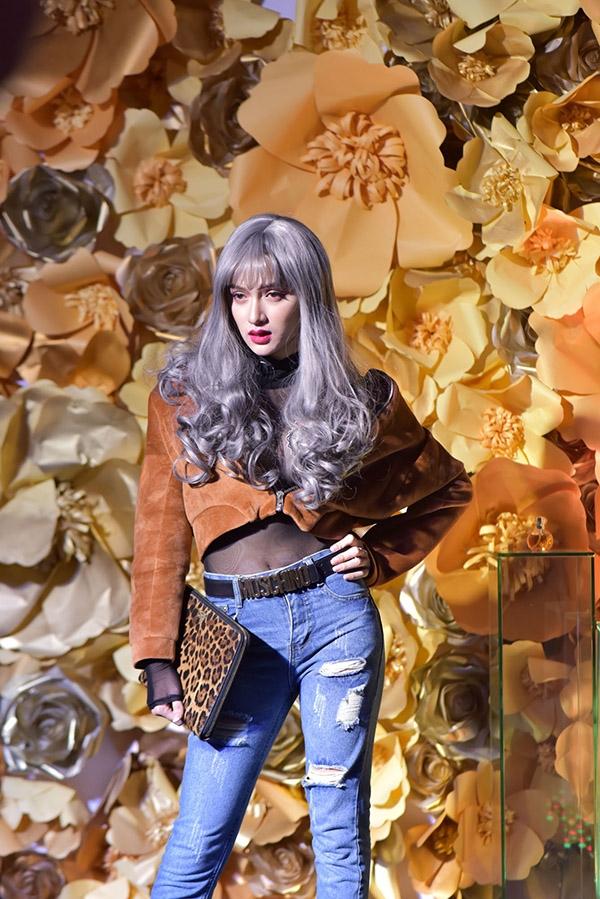 Hương Giang Idol ấn tượng với mái tóc được nhuộm màu xám tro pha tím nhạt. Đây là xu hướng tóc đang được ưa chuộng bậc nhất trong mùa thời trang Thu - Đông năm nay.