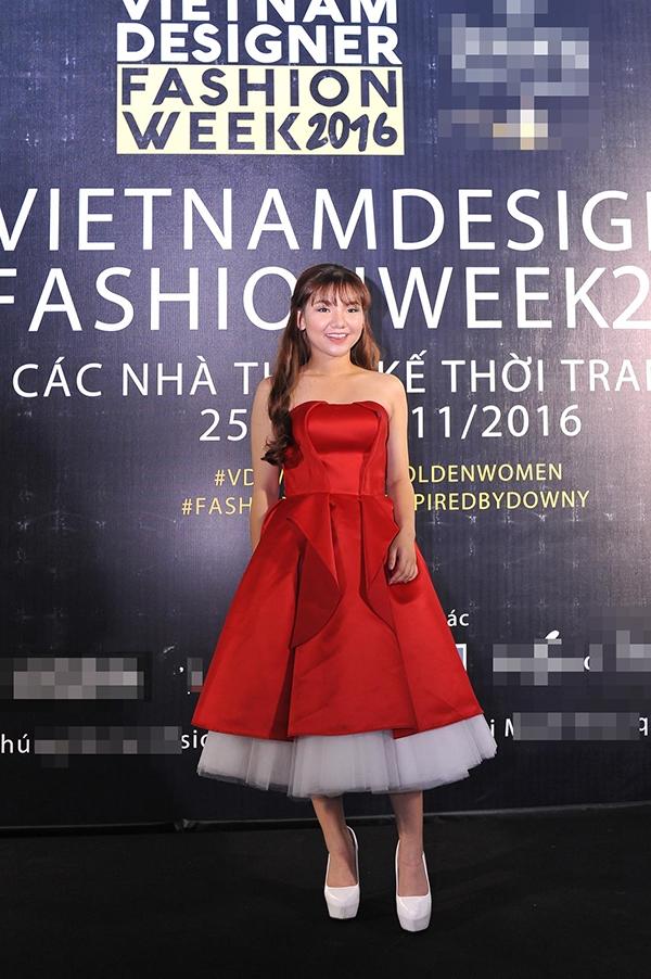 Minh Như điệu đà với dáng váy xòe cổ điển. Tông đỏ tôn lên nước da trắng hồng của quán quân The X Factor 2016.