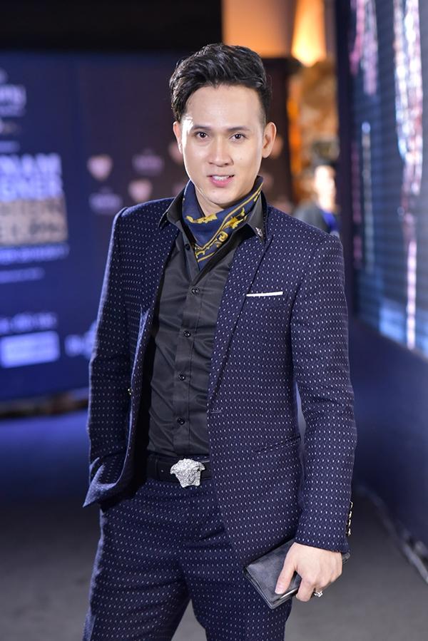 MC Anh Quân, Nam Cường và Nguyên Vũ cùng chọn diện suit lịch lãm.