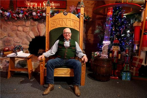 Đây là ngôi trường đào tạo Santa Claus lâu đời nhất trên thế giới. Trong ảnh là Tom Valent, người điều hành của ngôi trường.