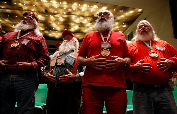 """Theo như thông tin trên website của trường thì các Santa Claus có một khóa học về ngôn ngữ hình thể riêng, nhằm giúp họ giao tiếp được với trẻ khiếm thính. """"Điều này đóng vai trò rất quan trọng trong việc lan tỏa không khí Giáng Sinh tới mọi trẻ em"""" – Một ông già tuyết tương lai nói."""
