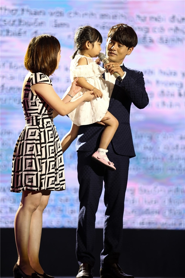 Bên cạnh đó, trên sân khấu còn có sự xuất hiện của em gái và con gái của Ưng Đại Vệ. Khoảng khắc cả gia đình nhỏ đứng trên sân khấu mang đến cho Sing My Song thêmnhiềuthú vị. - Tin sao Viet - Tin tuc sao Viet - Scandal sao Viet - Tin tuc cua Sao - Tin cua Sao