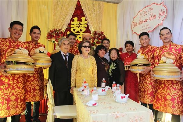 Mẹdanh hài Hoài Linh (áo vàng) đảm nhận vai trò chủ hôn cho lễ cưới của con trai nuôiThiên Bảo. - Tin sao Viet - Tin tuc sao Viet - Scandal sao Viet - Tin tuc cua Sao - Tin cua Sao