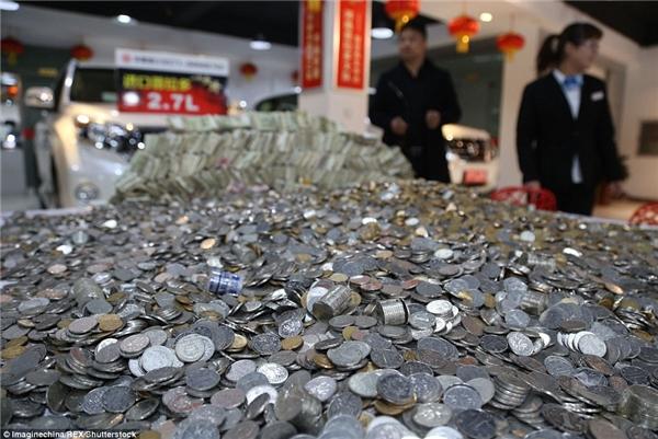 Tiền xu lẫn tiền lẻ được đưa đến cửa hàng.