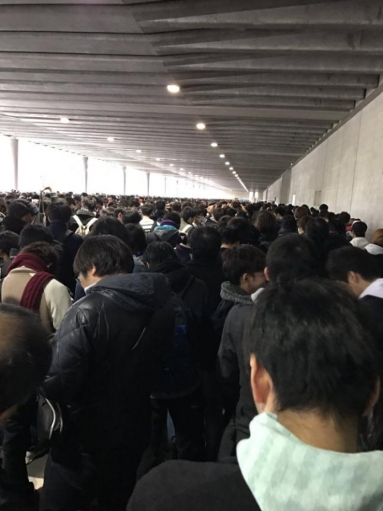 Hàng nghìn đàn ông Nhật xếp hàng dài 4km chỉ để bắt tay nữ thần tượng