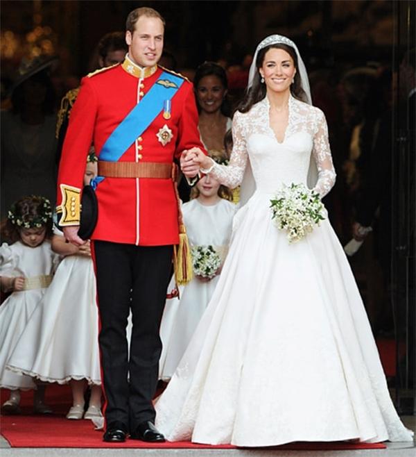 Năm 2011, đám cưới của Kate Middleton và Hoàng tử xứ Wales đã trở thành sự kiện được quan tâm hàng đầu trên toàn thế giới. Trong ngày trọng đại, Kate Middleton diện váy cưới màu trắng với phom xòe cổ điển của nhà thiết kế Alexander McQueen Sarah Burton. Đi liền với sự tinh tế đến từng chi tiết của chiếc váy chính là mức giá vô cùng đắt đỏ: 400 nghìn USD, gần bằng 9,1tỷ đồng. Vẻ ngoài lộng lẫy của Kate Middleton trong ngày trọng đại đã đi vào lịch sử của hoàng gia Anh.