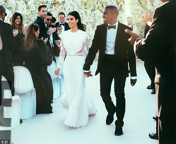 Nếu như trong lần kết hôn với NBA Kris Humphries, Kim Kardashian diện 3 váy cưới có tổng giá trị là khoảng 1,5 tỷ đồng thì trong lần lên xe hoa thứ ba với rapper Kanye West vào tháng 5/2014, Kim càng thể hiện độ chịu chi của mình bằng cách diện chiếc váy cưới có giá gần 9,1tỷ đồng. Thiết kế với phom đuôi cá đơn giản giúp tôn lên hình thể vô cùng đặc biệt của cô.