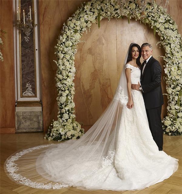 Tháng 9/2014, Amal Alamuddin và George Clooney đã khiến quan khách choáng ngợp khi tổ chức đám cưới vô cùng lộng lẫy, bắt mắt. Trong ngày trọng đại, Alamuddin đã chọn thương hiệu Oscar de la Renta để đồng hành với cô. Ren, ngọc trai và kim cương kết hợp chất liệu ren, lụa hảo hạng đã tạo nên chiếc váy trị hơn 8,6tỷ đồng.