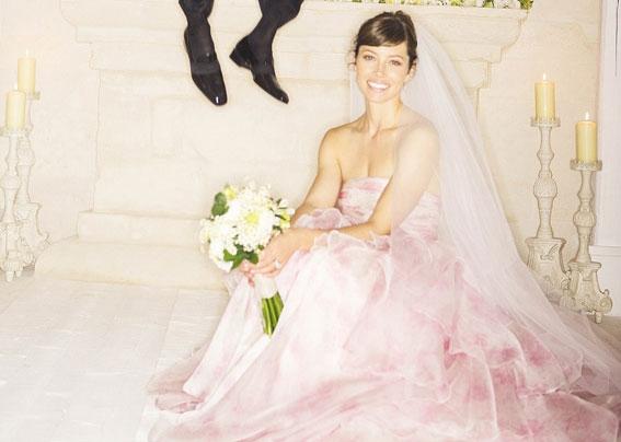 Tháng 10/2012, Jessica Biel và Justin Timberlake chính thức thành vợ chồng khi tổ chức hôn lễ tại khu nghỉ mát Borgo Egnazia ở Fasano (Ý). Trong ngày trọng đại, Jessica không mặc áo cưới trắng mà đặt một thiết kế của Giambattista Valli với giá 2,3 tỷ.