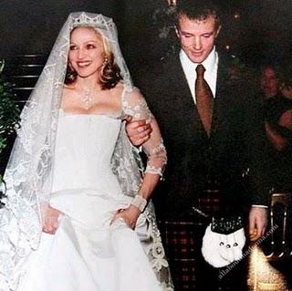 Váy cưới của huyền thoại âm nhạc Madonna cũng thuộc nhóm đắt đỏ nhất thế giới với giá hơn 1,8 tỷ đồng vào năm 1985. Đây là thiết kế của các nhà thiết kế riêng của Madonna cùng những người bạn thân thiết của cô. Sau khi ly hôn, chiếc váy cưới của Madona đã được đem bán đấu giá.
