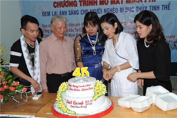 Việt Trinhcắt bánh sinh nhật và chụp ảnh kỉ niệm cùng mọi người đã đồng hành với mình trong chuyến đi. - Tin sao Viet - Tin tuc sao Viet - Scandal sao Viet - Tin tuc cua Sao - Tin cua Sao