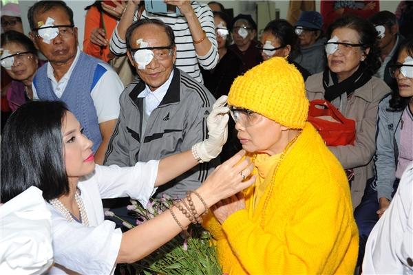 Việt Trinh đến với bệnh nhân mù tại Lâm Đồng. - Tin sao Viet - Tin tuc sao Viet - Scandal sao Viet - Tin tuc cua Sao - Tin cua Sao