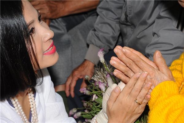 Việt Trinh cùng một vị sư mổ mắt cầu nguyện cho sự bình an của mọi người. - Tin sao Viet - Tin tuc sao Viet - Scandal sao Viet - Tin tuc cua Sao - Tin cua Sao