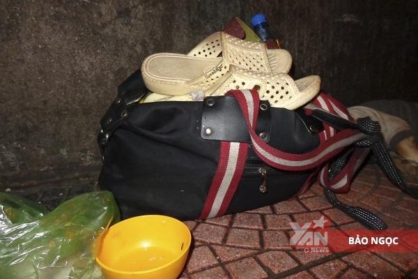 Túi đồ gồm quần áo và vài ba vật dụng lỉnh kỉnh của anh cũng bị kẻ gian lấy mất vào những ngày trước.
