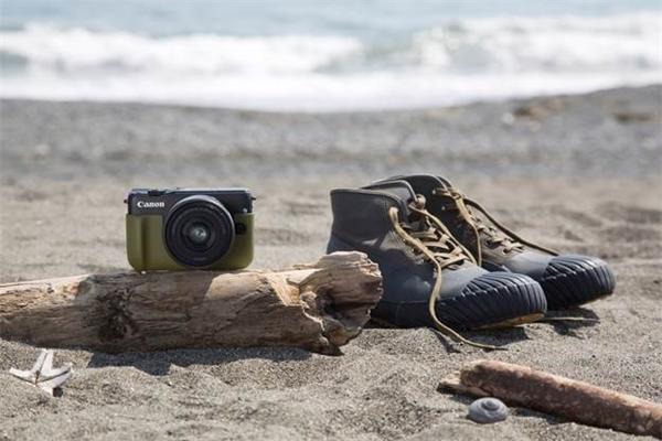 Giày phượt và máy ảnh là 2 trong 5 thứ thiết yếu cho chuyến đi phượt.
