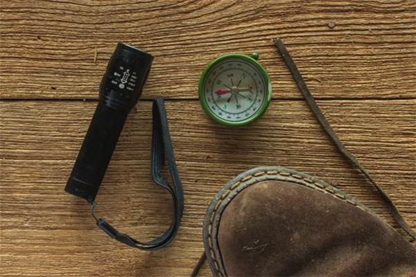 """Đèn pin và la bàn đều là những đồ vật """"nhỏ nhưng có võ"""" không thể thiếu trên chặng hành trình."""