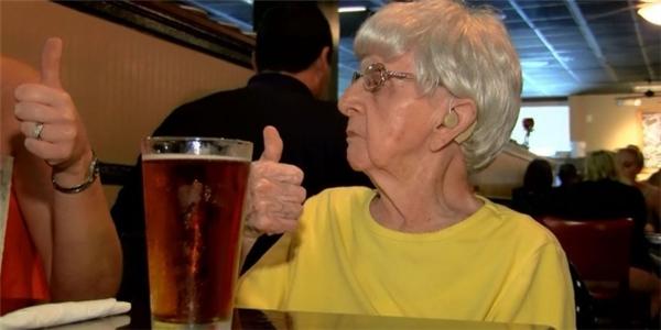Với cụ bà Mildred Bowers, bia giống như loại thần dược giúp cho cụ sống lâu, sống khỏe.