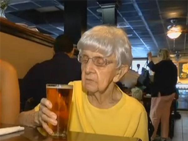 Nhờ chăm chỉ uống bia, cụ Mildred Bowers mới có thể sống khỏe suốt nhiều năm qua.