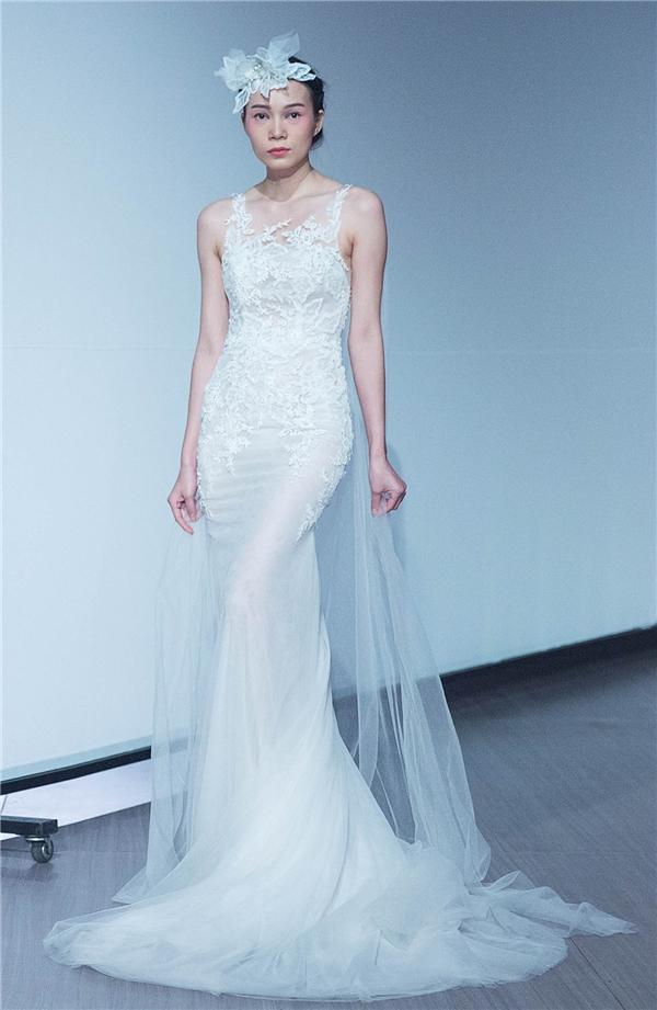 Phần cổ và tay cách điệu bằng voan đắp, thích hợp cho mùa Thu - Đông. Dù chung một màu trắng ánh trong của váy cưới, nhưng vẫn toát lên thần thái riêng, sinh động.