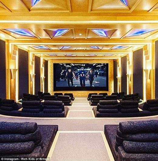 Phòng chiếu phim còn quy mô hơn cả rạp phim thực thụ.