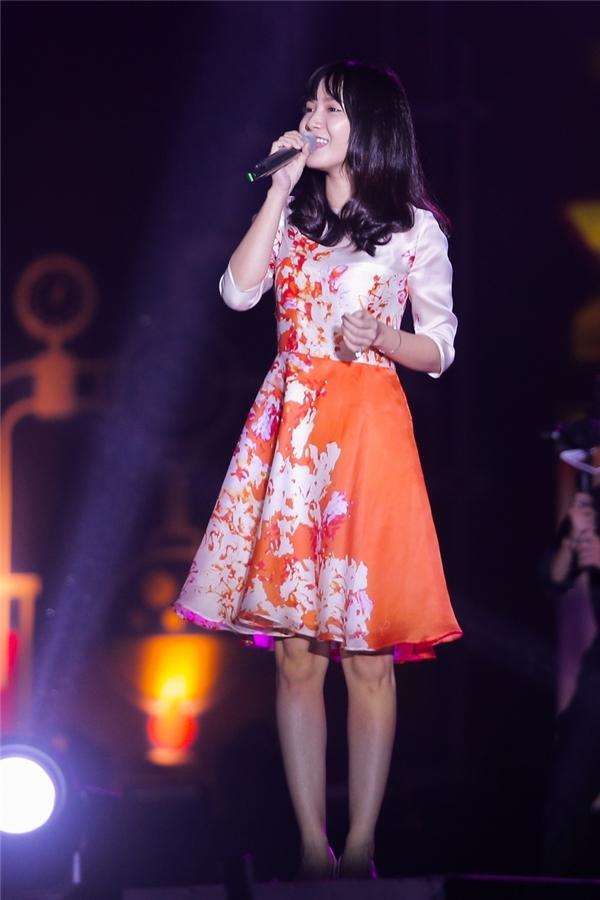 Dù bất ngờ gặp sự cố về mic ngay từ đầu phần trình diễn nhưng cô vẫn rất bình tĩnh làm chủ sân khấu. Jang Mi gây ngạc nhiên bởi giọng hát live ngọt ngào không thua kém trên youtube, khiến hàng ngàn khán giả cùng cô hòa giọng.