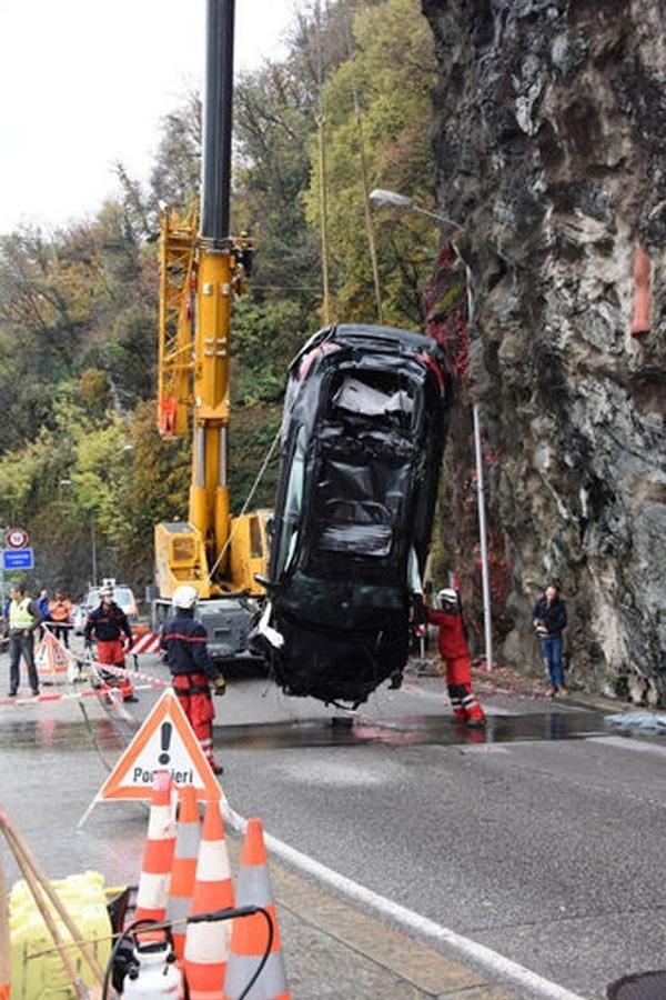 Xe ô tô cùng thi thể nạn nhân xấu số được trụcvớt dưới đáy hồ
