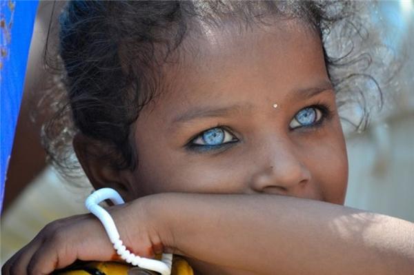 Ai mà ngờ một em bé có màu da ngăm đen lại có thể sở hữu đôi mắt xanh thẳm hút hồn đến như vậy.