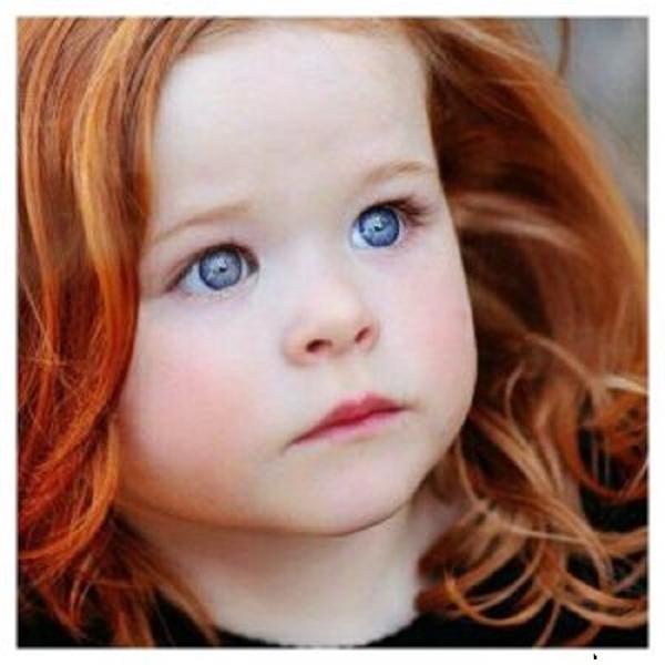 Làn da trắng sứ, mái tóc cam rực rỡ càng khiến cho đôi mắt của cô bé khó rời mắt hơn.