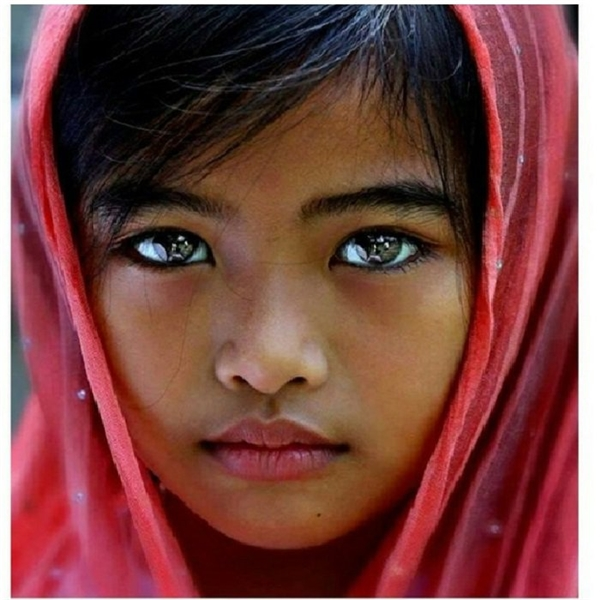 Bé gái xinh xắn này không chỉ có đôi mắt xanh lá lạ lẫm mà còn trong veo như mặt hồ lặng sóng mùa thu.