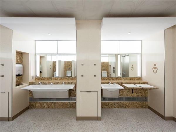 Mỗi khu vệ sinh đều có các hốc tường dùng để đặt hành lý, có nơi thay tã cho trẻ con được trang bị đầy đủ bồn rửa và khăn giấy, cùng với đó là những chiếc bồn rửa có thiết kế nông, hạn chế bắn nước ra xung quanh.