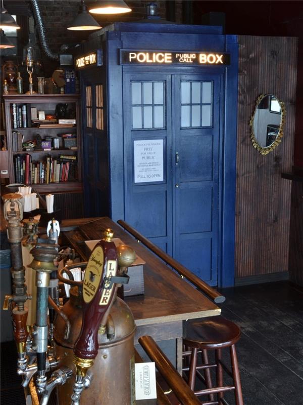 Nằm trong danh sách những nhà vệ sinh tốt nhất nước Mỹ còn có nhà vệ sinh có tên TARDIS nằm trong quán rượu The Way Station ở Brooklyn, New York, rất được các fan của series phim truyền hình Doctor Who yêu thích vì nó mô phỏng lại chính xác bốt điện thoại cảnh sát màu xanh nổi tiếng trong bộ phim.
