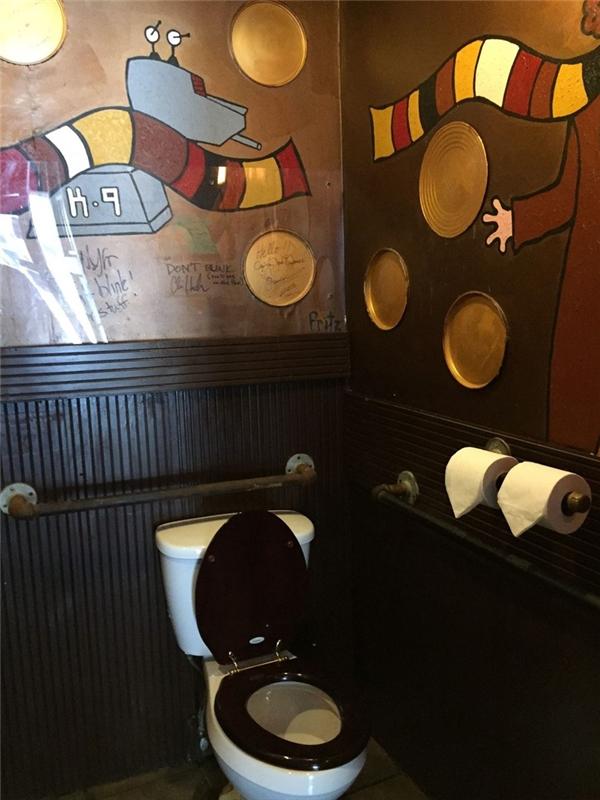 TARDIS được trang trí với rất nhiều tranh vẽ đầy màu sắc trên các bức tường và cửa kính mờ để cho người bên ngoài biết bên trong đang có người.