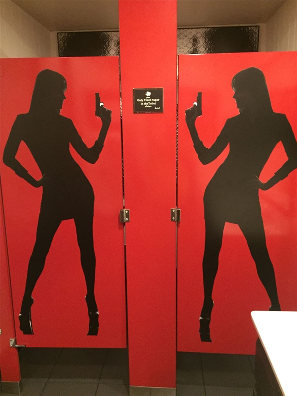 Riêng phòng vệ sinh nam thì ở ngoài cửa có dán những chiếc bóng đen của các điệp viên nữ, còn khi vào bên trong họ sẽ bị những đôi mắt khổng lồ nhìn chằm chặp trong khi đang giải quyết nỗi buồn.