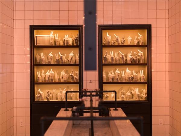 Điểm nổi bật nhất trong phòng vệ sinh tại nhà hàng The Vine ở New York đó là một căn phòng rửa mặt chung với chiếc bồn rửa rất lớn, được trang bị hệ thống đèn mờ, phòng dành riêng cho nam và nữ nằm ở hai đầu của căn phòng chung.