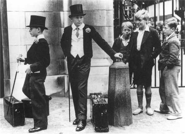Những đứa trẻ thuộc các tầng lớp khác nhau trên đường phố nước Anh, 1937.