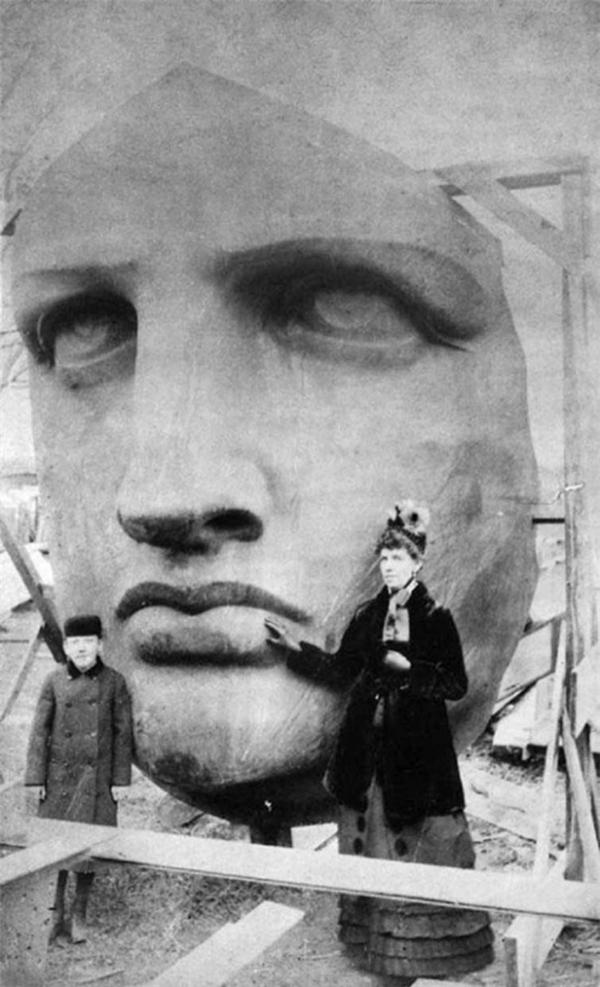 Đầu tượng Nữ Thần Tự Do đang được tháo khỏi kiện hàng vận chuyển, 1885.