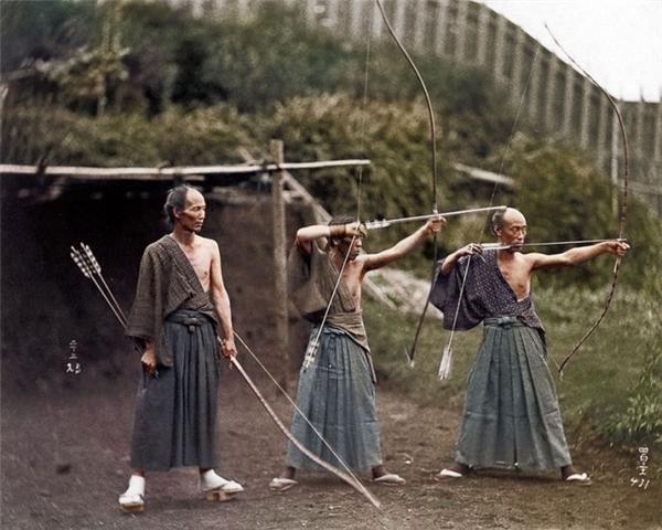 Các chiến binh Samurai đang tập bắn cung, 1860.