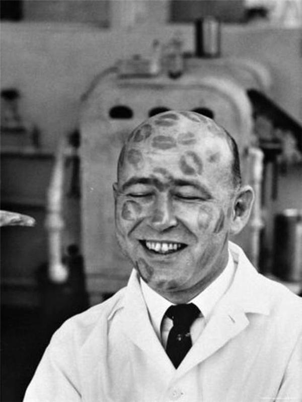 Một người đàn ông làm mẫu cho một loại son mới ra mắt năm 1950. Vào thời đó, những người đàn ông hói đầu thường được các công ty sản xuất son môi lớn thuê làm mẫu thử son như thế này.