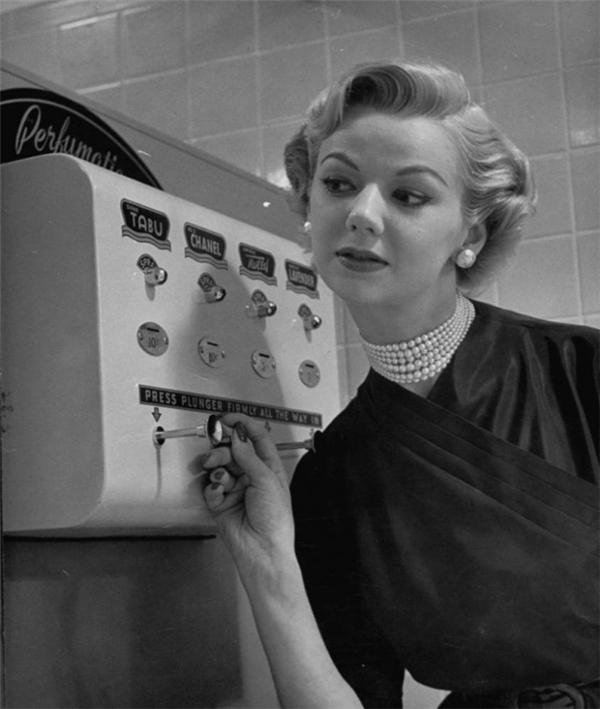 Một người phụ nữ bên chiếc máy xịt nước hoa, 1952.