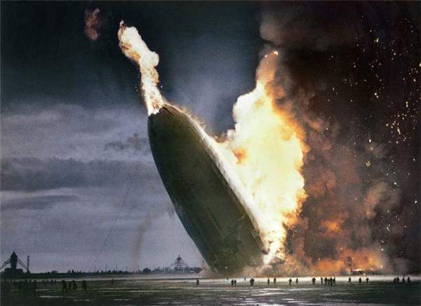 Khinh khí cầu LZ 129 Hindenburg cháy trụi tại Lakehurst, New Jersey, 1937.