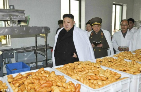 Lãnh đạo Kim-Jong-ul tới thăm nhà máy sản xuất thức ăn cho bình lính (Ảnh: Daily Mail)
