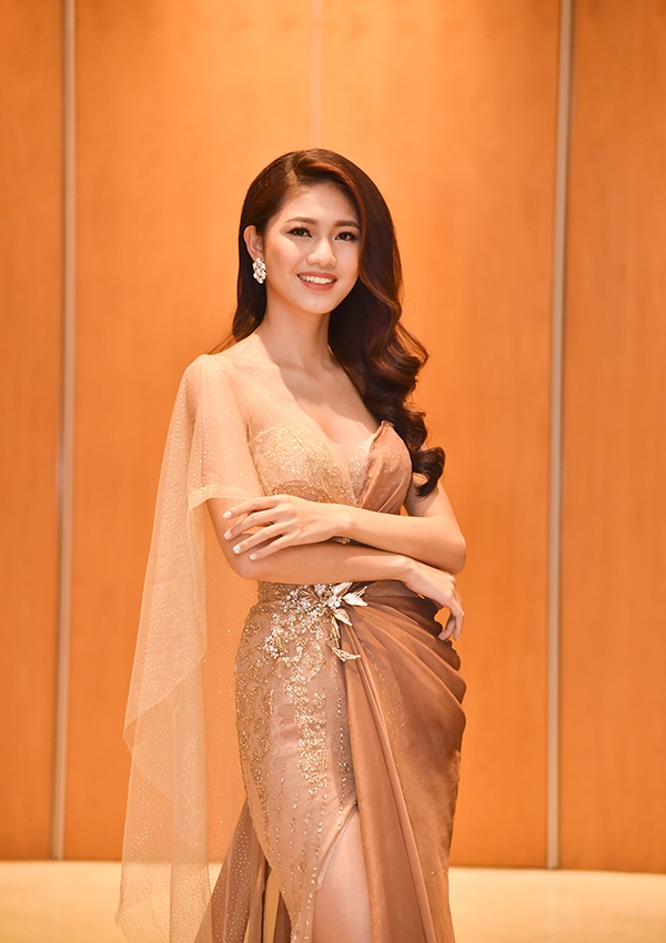 Đặng Thu Thảo, Chi Pu so kè váy áo đẹp mong manh sương khói