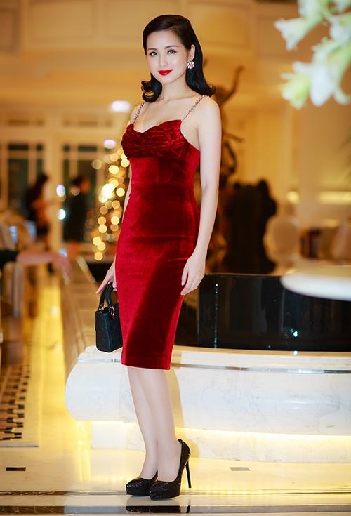 Từ khi lập gia đình, Tâm Tít ít tham gia các sự kiện. Mới đây, cô bất ngờ xuất hiện tại một buổi tiệc khai trương cửa hàng ở thủ đô Hà Nội. Tâm Tít vẫn xinh đẹp, gợi cảm và cuốn hút như thuở xuân thì. Cô diện bộ đầm nhung đỏ thẫm khoe nước da trắng hồng. Đây cũng là mốt thời trang đang trở thành xu hướng trong mùa Thu - Đông năm nay.