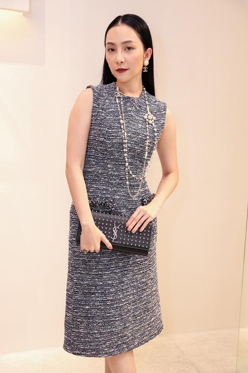 Linh Nga đơn giản, thanh lịch nhưng vô cùng quyền quý với bộ váy xám theo phom chữ A trên nền vải tweed. Cô kết hợp trang phục cùng ví cầm tay, vòng cổ của YSL, Chanel.